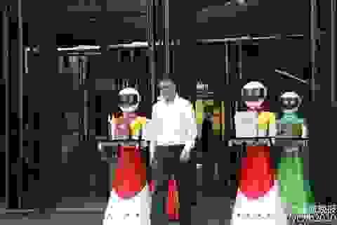 Đại gia đi mua sắm, cả dàn robot theo... xách đồ