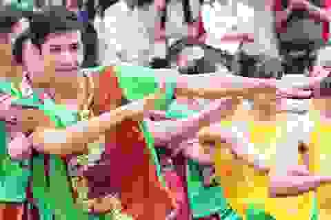 Sinh viên Học viện An ninh đội mưa nhảy dân vũ trên nền nhạc EDM