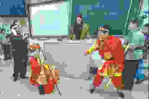 """Học để nói thạo tiếng Anh vẫn là """"cuộc chiến"""" với học sinh Trung Quốc"""