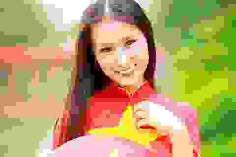 Nữ sinh Hà thành diện áo dài đỏ thắm đón mừng Quốc khánh