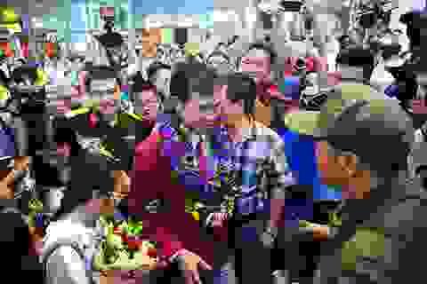 """""""Biển người"""" chào đón xạ thủ Hoàng Xuân Vinh tại sân bay Nội Bài"""