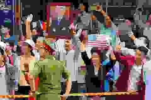 Người dân TPHCM đứng kín đường chào tạm biệt Tổng thống Obama