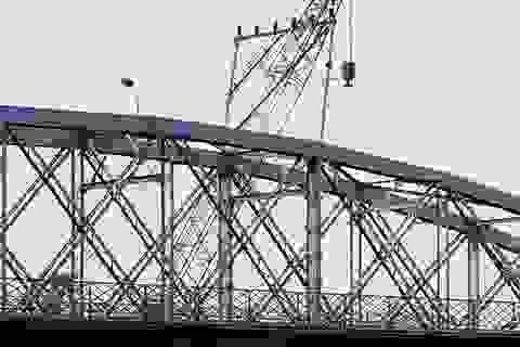 Đưa cặp cẩu nổi 650 tấn vào vị trí, đánh chìm nhịp cầu Ghềnh trước khi trục vớt