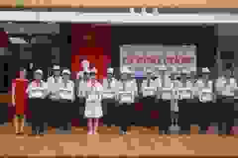 """80 học sinh nghèo học giỏi nhận học bổng """"ĐỒNG HÀNH - HOCMAI"""""""