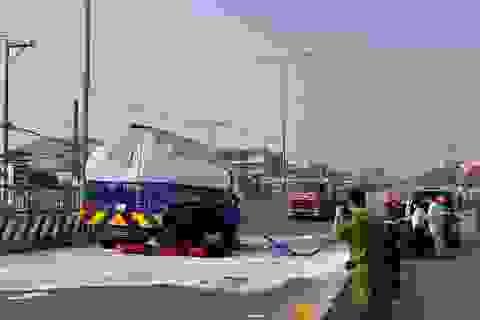 Xe cẩu đâm rách bồn xăng, quốc lộ 1A được phong tỏa