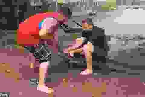 Cá sấu nổi điên quật ngã, cắn du khách ngồi trên lưng