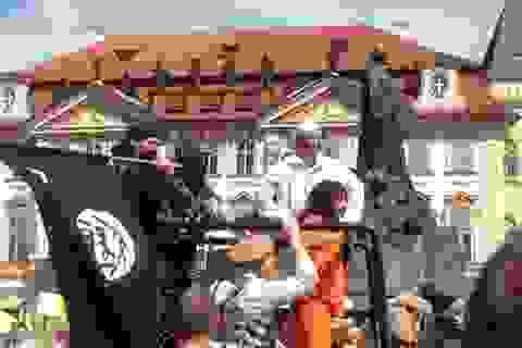 Giả dạng IS – một nhóm người tấn công Phố cổ tại Praha