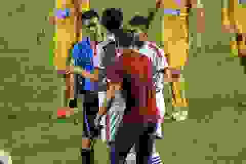 Treo còi trọng tài tưởng tượng quả phạt đền trận Thanh Hóa-SL Nghệ An