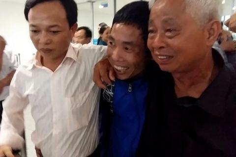 Thuyền viên bị cướp biển bắt: Nghẹn ngào trở về trong nước mắt