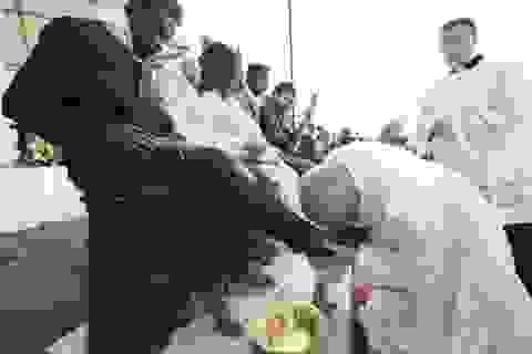 Giáo hoàng Francis rửa chân cho người tị nạn