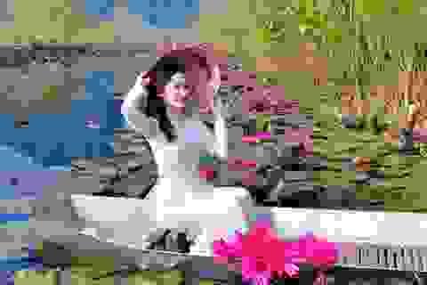 Thiếu nữ khoe sắc xuân mơn mởn bên hồ hoa súng