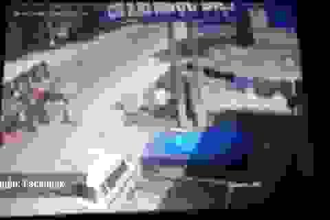 Xe tải nổ lốp đâm xe buýt, hành khách tán loạn trèo cửa thoát thân