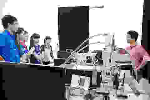 """Học sinh Hà Nội lần đầu """"ngắm"""" phòng thí nghiệm vật lý hạt nhân"""