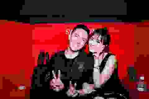 Trấn Thành hôn bà xã Hari Won trong buổi ra mắt phim