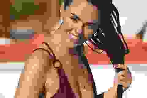 Người đẹp Anh diện đồ tắm hở bạo bên bể bơi