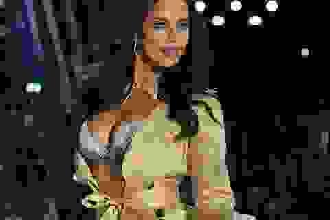 Siêu mẫu Nga để lộ nhẫn đính hôn với tài tử Hollywood
