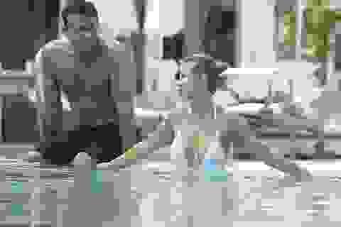 Người mẫu Playboy khoe dáng bên chồng