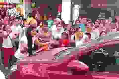 Người phụ nữ đánh ghen ầm ĩ, gây tắc nghẽn đường phố
