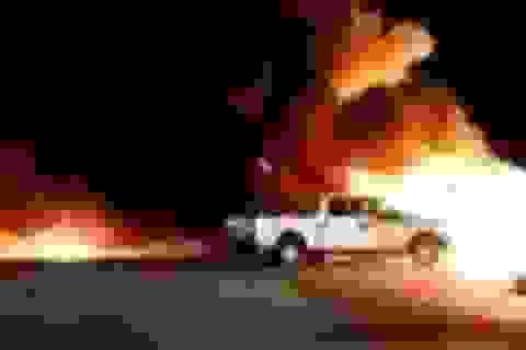 Kinh hoàng máy bay đâm vào bãi xe gây cháy nổ dữ dội ở Mỹ