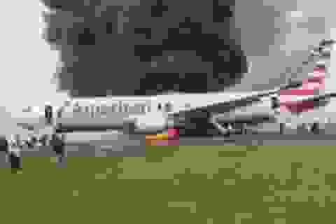 Máy bay Mỹ chở gần 200 người bốc cháy ngay trên đường băng