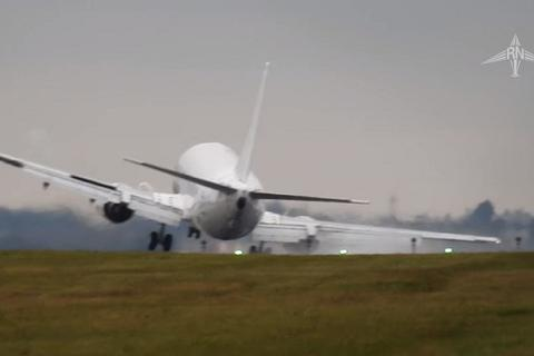 Máy bay Boeing chao đảo dữ dội vì gặp gió lớn khi hạ cánh