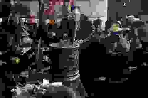 Lễ khai ấn đền Trần: Trèo cả lên ban thờ để cướp lộc