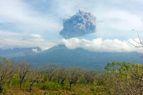 Gần 400 du khách mất tích sau khi núi lửa Indonesia phun trào