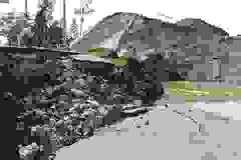 Sạt lở nghiêm trọng, đường dẫn cầu phao chìm xuống sông