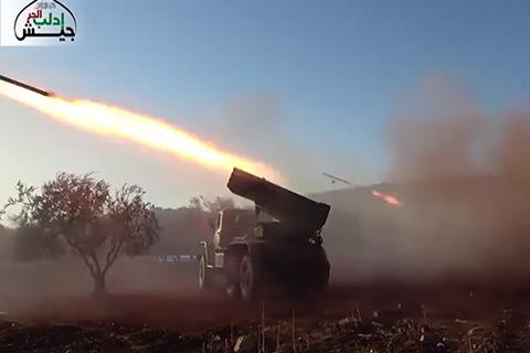 """Quân nổi dậy """"ôn hòa"""" Syria phóng hàng loạt tên lửa Grad vào Hama"""