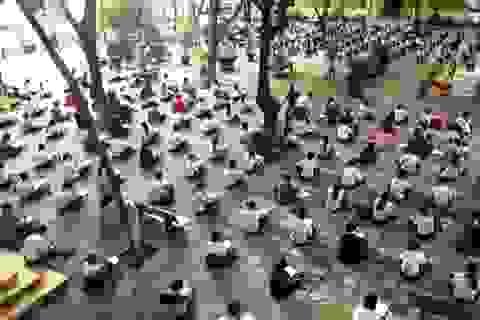 Hàng trăm học trò ngồi bệt thi học kỳ giữa sân trường