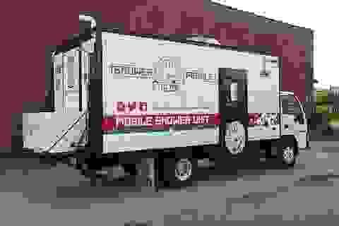 Người đàn ông biến chiếc xe tải của mình thành... nhà tắm cho người vô gia cư