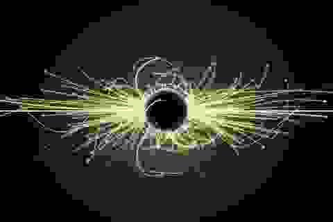 """Phát hiện bằng chứng Hố đen không hoàn toàn """"đen"""""""