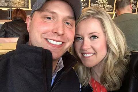 Cặp vợ chồng đợi 9 năm để mở quà cưới