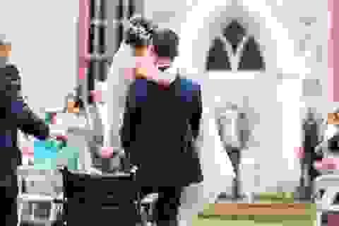 Bị tai nạn, cô dâu được chú rể bế suốt trong ngày cưới