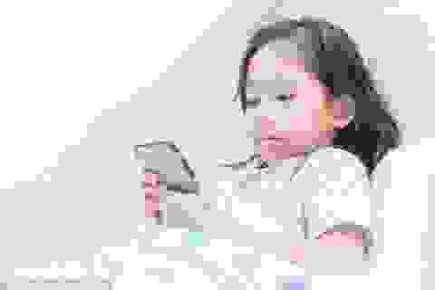 Sức khỏe của trẻ có thể ảnh hưởng nghiêm trọng khi sử dụng điện thoại vào giờ đi ngủ