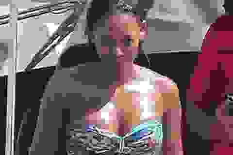 Cựu sao Spice girls tự tin thả dáng với bikini