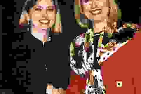 """""""Chị em sinh đôi"""" của bà Hillary Clinton kiếm bộn tiền nhờ ngoại hình trời phú"""