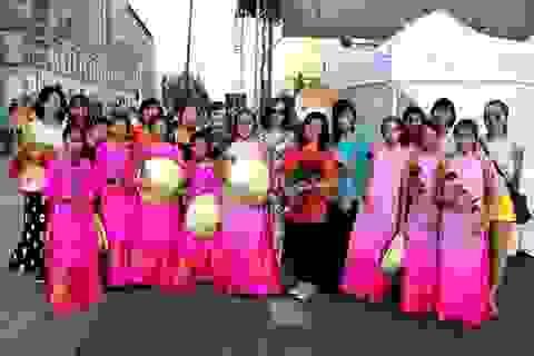 Người Việt đẹp kín đáo trong lễ hội đa sắc tộc nóng bỏng ở Ba Lan