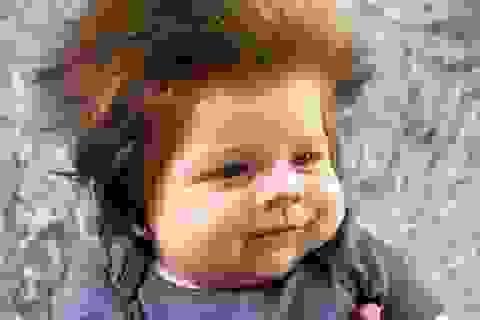 Gặp em bé 9 tuần tuổi với mái tóc dài dựng ngược siêu dễ thương
