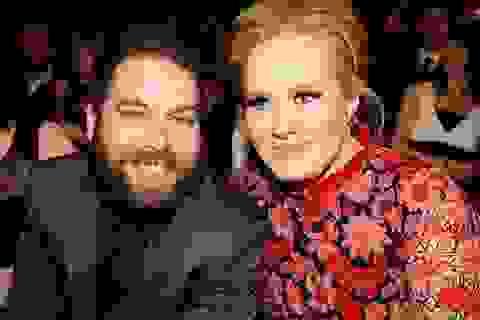 """Adele """"sốc nặng"""" khi vô tình khóa môi fan nam trên sân khấu"""