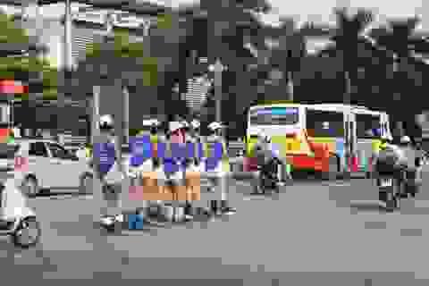 Cả khu phố lo nơm nớp nhìn mẹ bầu trượt patin trên đường quá mạo hiểm