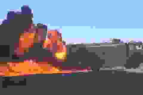 Đoàn xe chở dầu của IS bốc cháy ngùn ngụt ở Sweida, Syria