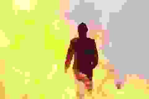 Xem cô gái Nga bước đi trong lửa đạn mà không hề xây xước