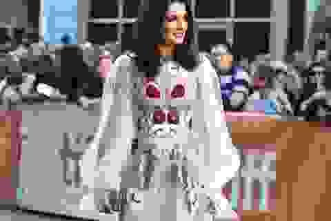 Vợ Điệp viên 007 đẹp như công chúa với váy thêu hoa