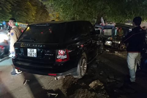 Hà Nội: Xe Range Rover tông 3 xe trên phố