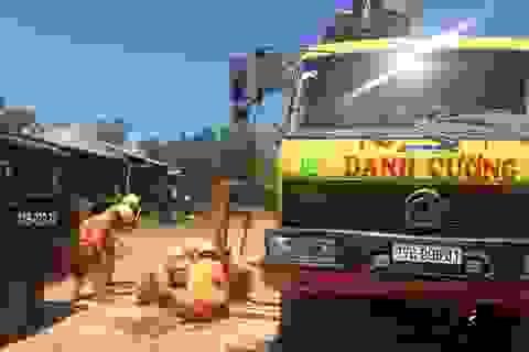 Xe cẩu gây chập điện, hàng ngàn hộ dân ở 2 tỉnh mất điện
