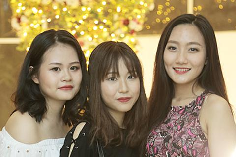 """Nữ sinh Hà Nội xúng xính dự tiệc """"xả hơi"""" sau thi"""