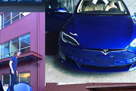 Nhân viên mua ô tô tặng sếp để cảm ơn vì được tăng lương