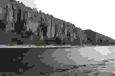 Tàu Nga chở hơn 100 người bị mắc cạn trên sông