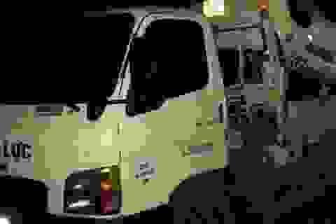 Taxi lao xuống suối giữa đêm, 3 người thương vong